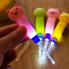 Urocze oświetlenie LED Dig latarka do usuwania woskowiny uszu Remover pick Earpick czyste uszy narzędzie do pielęgnacji skóry przybory do czyszczenia pielęgnacji skóry twarzy narzędzie do pielęgnacji skóry s tanie tanio MISS ROSE CN (pochodzenie) Kalus golarka cat frog pig Pink green yellow cute cartoon animals LED Light battery about 10 8cm