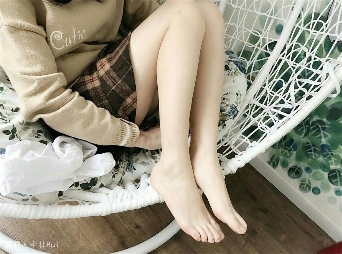 [丝足美腿]萝莉妹子@辛杜Rui 丝袜美腿美图素材合集[44套][419P/V2.68G]插图