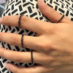 Однорядное черное каменное серебряное кольцо на палец