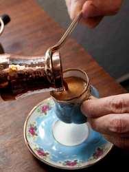 Gorąca tureckiej kawy wspaniałe warzone nie włoskie espresso napój sprawiają  że filiżanka kawy z spienić