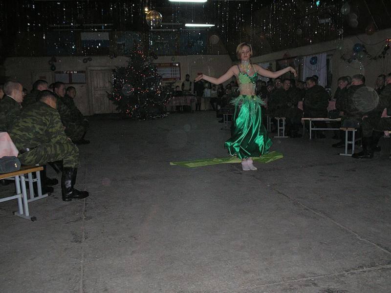与地方女青年搞联谊:俄军大兵新年过得很快乐!