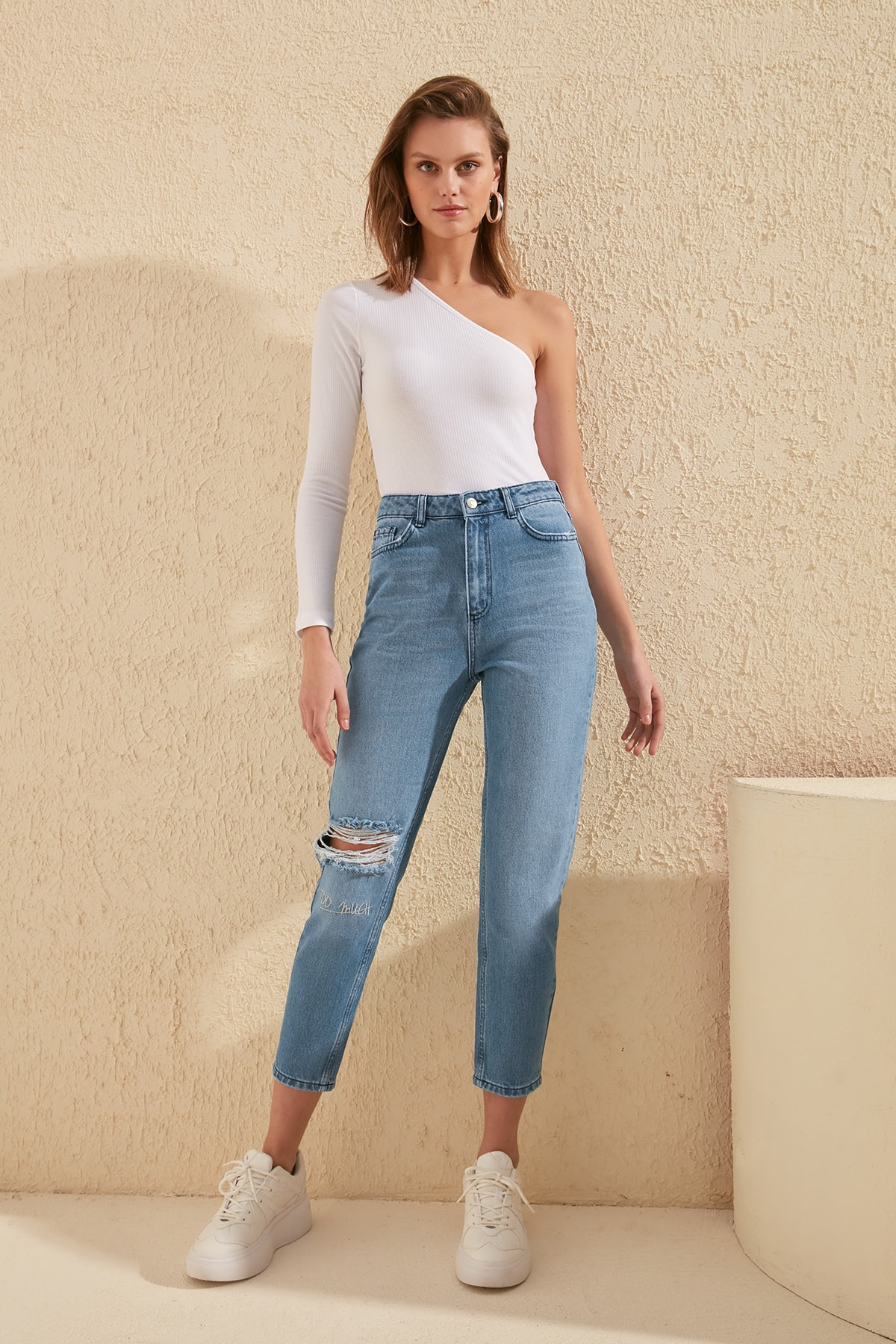 Trendyol Embroidered Ripped Detailed High Bel Mom Jeans TWOSS20JE0083