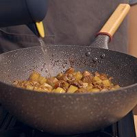 饿了吗?要不要来一份怎么做都好吃的鸡块土豆焖面的做法图解9