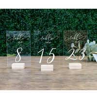 Numeração de mesa de madeira clara do signage do casamento dos números da tabela com suportes