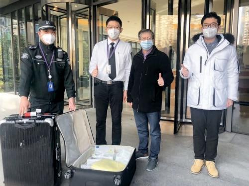 p28-2上海纽约大学常务副校长杰弗里·雷蒙教授 (右二)从纽约飞回上海,与上纽大教职工并肩抗疫.jpg