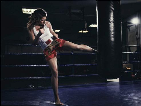 利用打拳来塑造身材,女性泰拳锻炼身材-养生法典