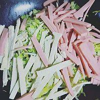 圆白菜炒火腿鱼饼的做法图解4