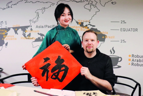p27北华航天工业学院美籍教师本杰明和妻子一同为中国朋友送上祝福.jpg