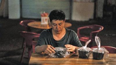 《隐秘的角落》里,张颂文与刘琳饰演一对离异夫妻,但同样也是一对不及格的父母。