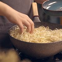 饿了吗?要不要来一份怎么做都好吃的鸡块土豆焖面的做法图解11