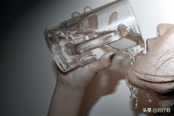 你觉得饮水便是健康养生?权威专家:每天喝水超出这一数很有可能会中毒了!