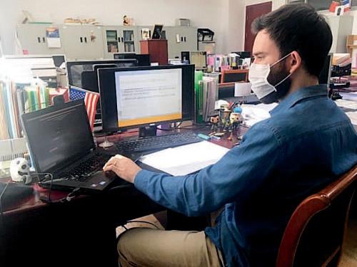 p28-1上海健康医学院外籍教师为线上授课作准备.jpg