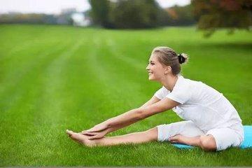 长期保持一个姿势颈部僵硬 教你几个拉伸动作-养生法典