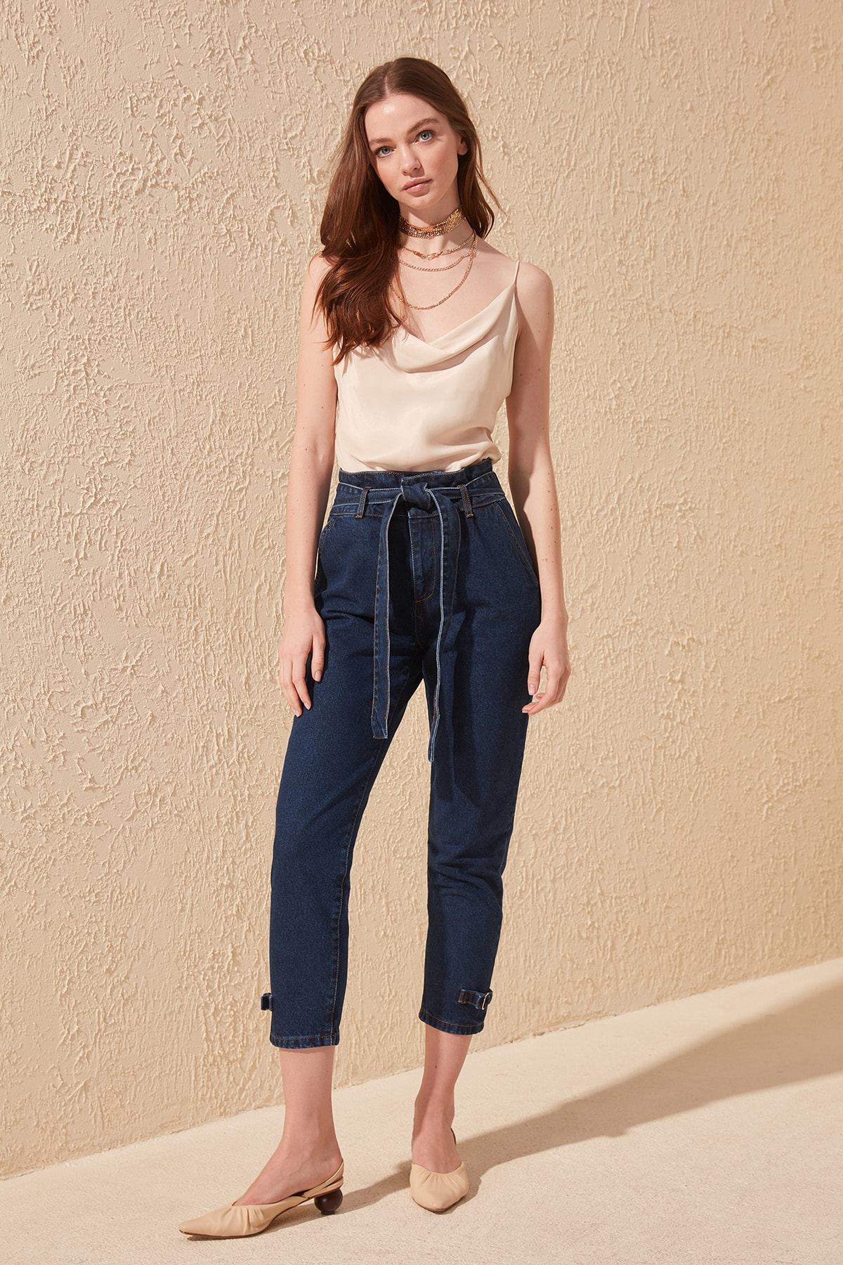 Trendyol Arched Pettitoes Buckle Detail High Bel Mom Jeans TWOSS20JE0136