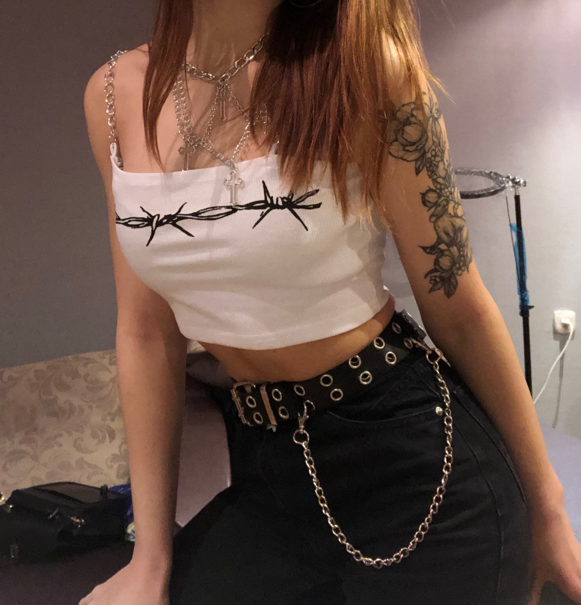E-girl Crop Top with chain straps and thorns print photo review