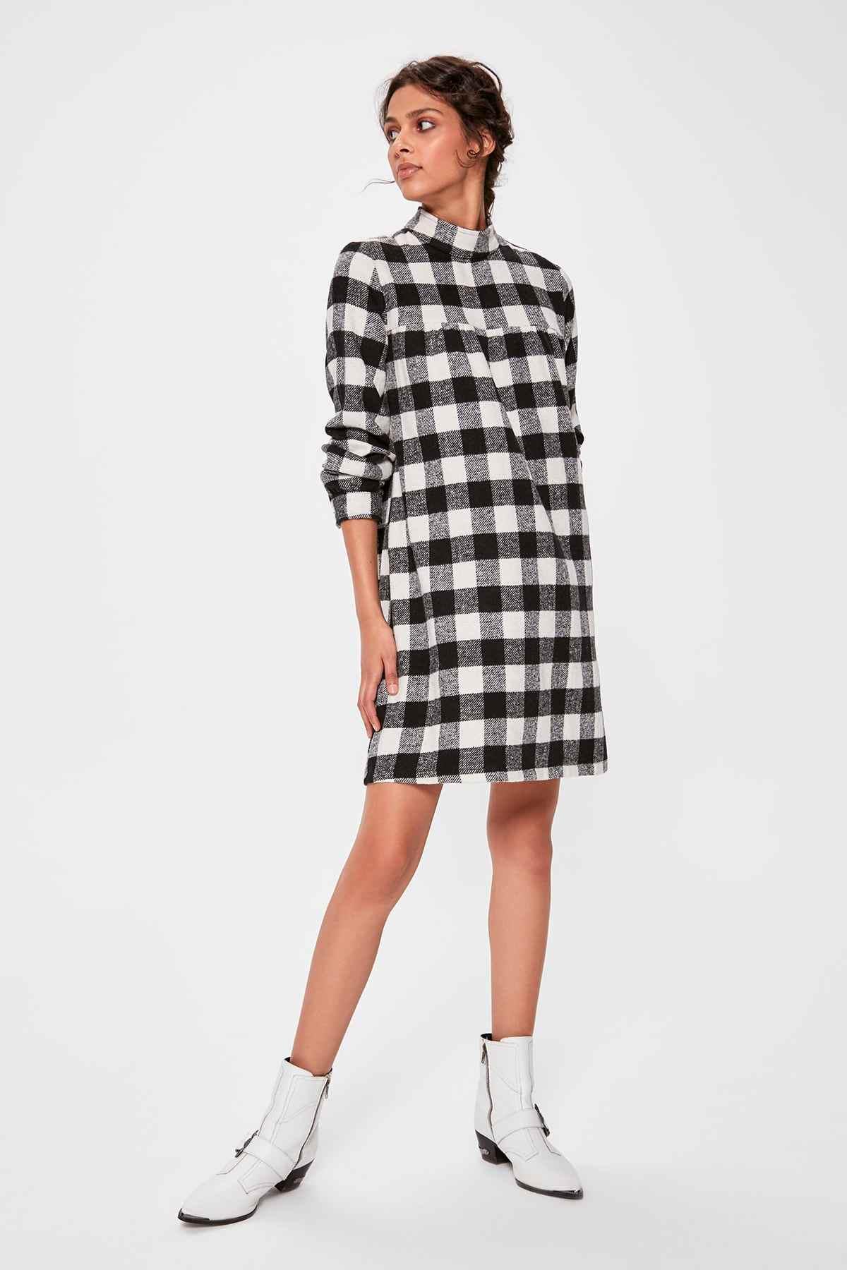 Trendyol белое клетчатое платье TWOAW20EL0227