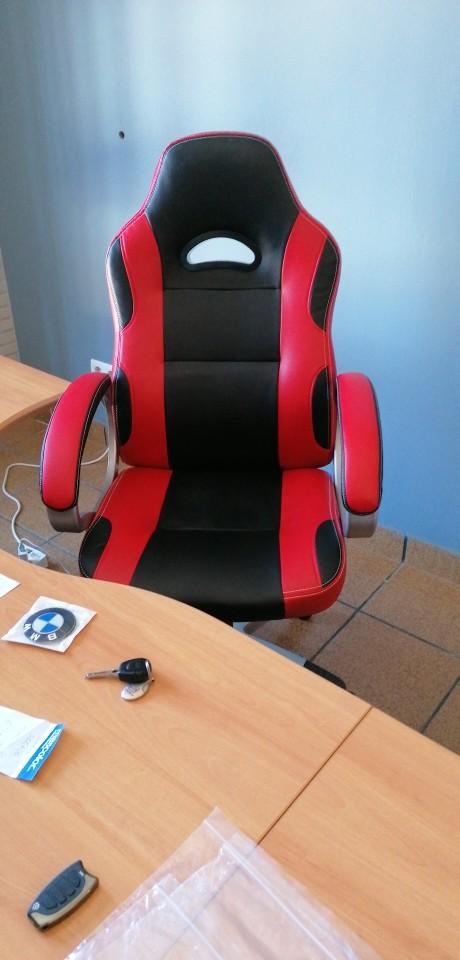 Fauteuil gamer ergonomique élégant avec accoudoirs et bandes de couleur