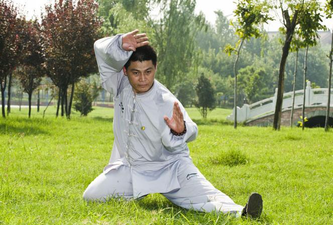 上班族的减压利器进行打太极拳 太极拳可以调整情绪释放压力-养生法典