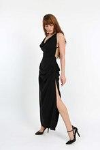 Degaje yaka, derin sırt dekolteli, önden ve arkadan büzgülü, derin yırtmaçlı tasarım elbise.
