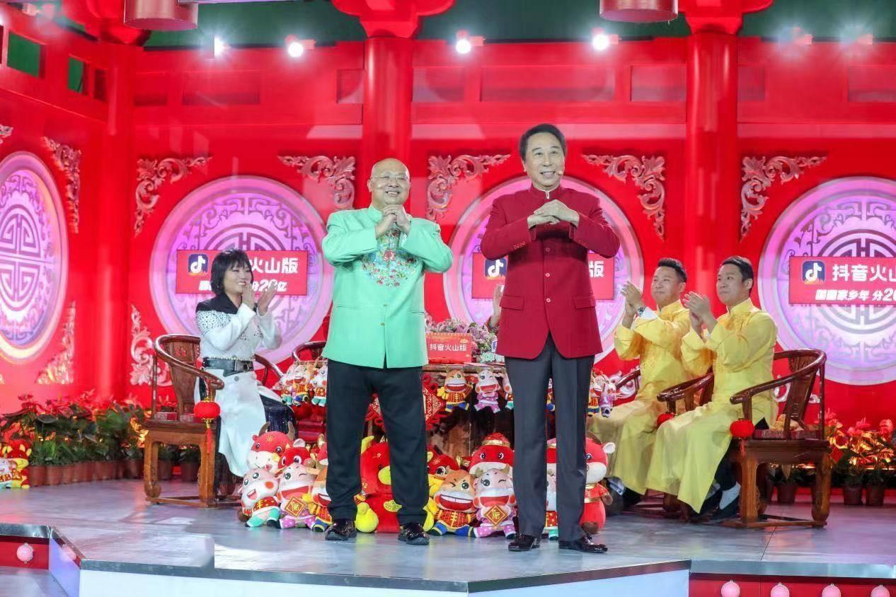 冯巩在《辽视春晚》现场用东北话作诗!网友:冯巩一出来就有年味了