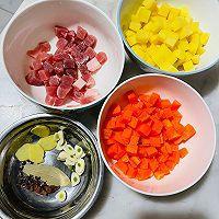 快手菜-红烧双色球(土豆胡萝卜)的做法图解1