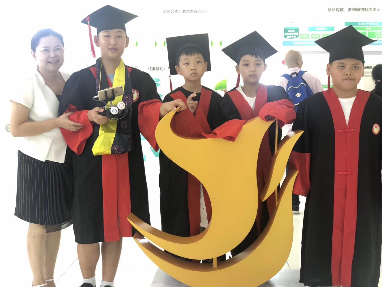 邓玉琳老师和小院士的照片.jpg