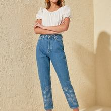 Trendyol Embroidery Detail High Bel Mom Jeans TWOSS20JE0057