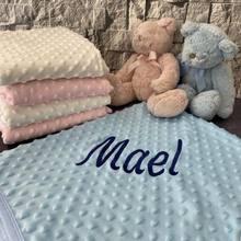 Spersonalizowane chłopiec Baby Blue koc noworodka haftowane nazwa własna pościel owijka dla niemowląt nowa odzież dla dzieci Wrap Детское одеяло