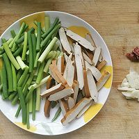 蒜苔香干的做法图解1
