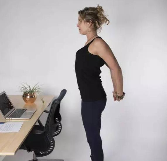 女性进行办公室瑜伽动作塑体介绍 女性上班族进行瑜伽锻炼-养生法典