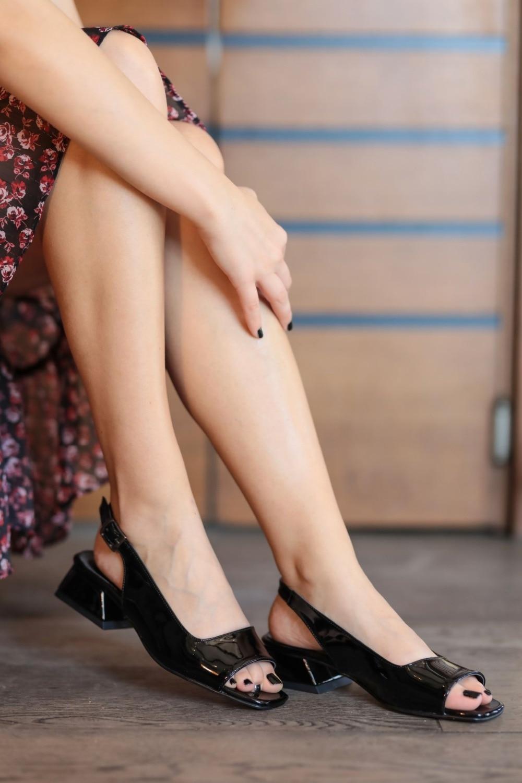 suzanne-siyah-rugan-kisa-topuklu-sandale-73cf