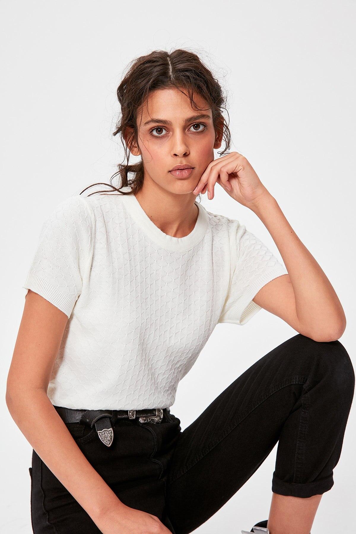 Trendyol Raw White Short-Sleeved Knit Detailed Bluz TWOAW20BZ0666