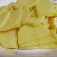 红蘑土豆片的做法图解2