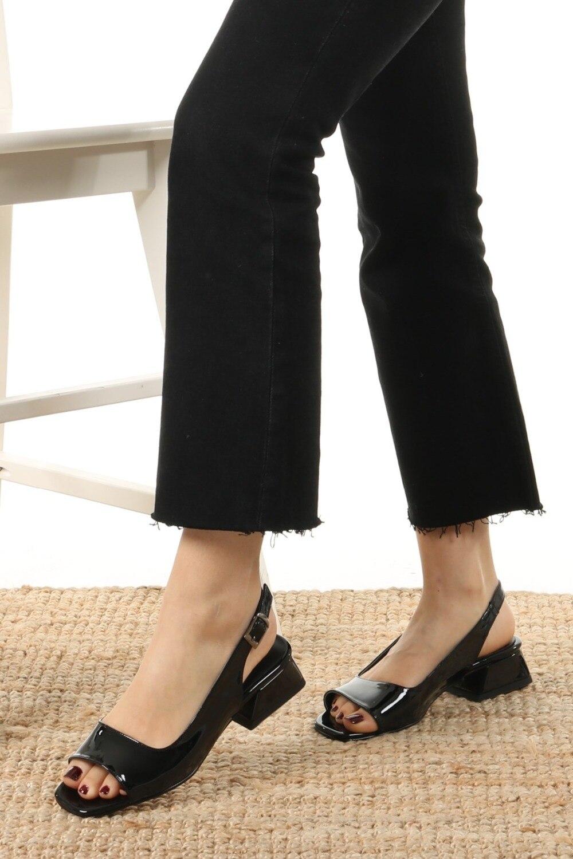 suzanne-siyah-rugan-kisa-topuklu-sandale-5ac4