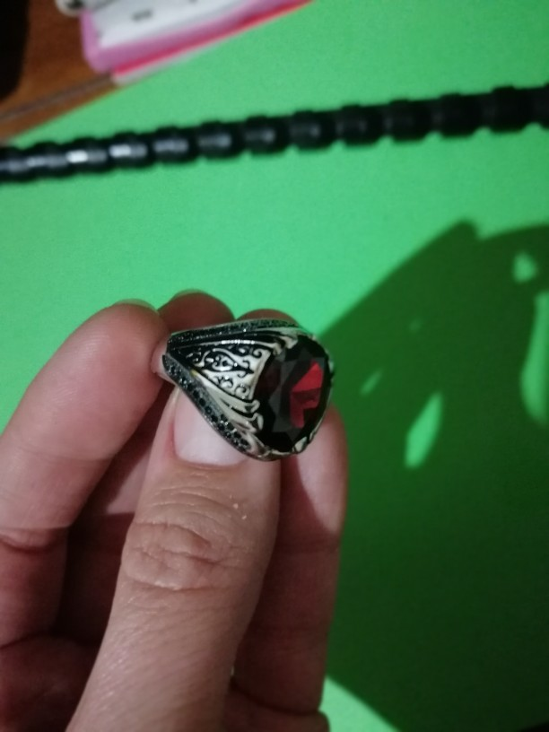 Bague en argent avec sa pierre rouge et ses petit zircons noir