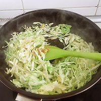 简单快手又下饭的包菜烩蛋皮的做法图解6