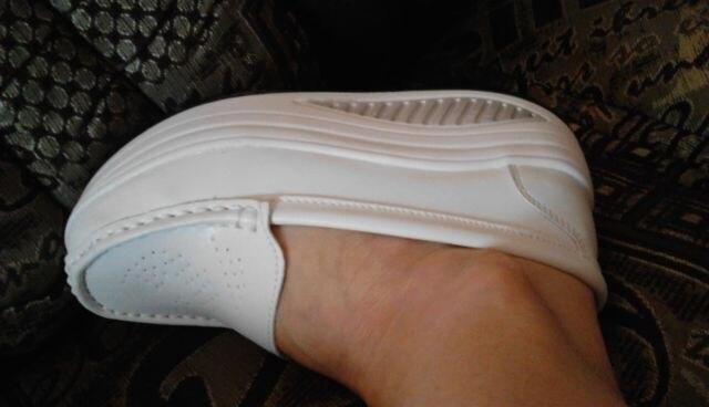 Туфельки отправили быстро,шли 14 дней,отслеживались полностью. Длина стопы 23,нога узкая,но спецально взяла 35,т.к.предыдущие туфли разносились за год на работе и болтаются на ноге.Эти сели отлично. Очень удобны в ходьбе.Запах быстро выветрится. Качество приличное,швы ровные,верх белоснежный,всё как я хотела,как на фото.Продавец общительный,два раза уточнял р-р.Рекомендую.