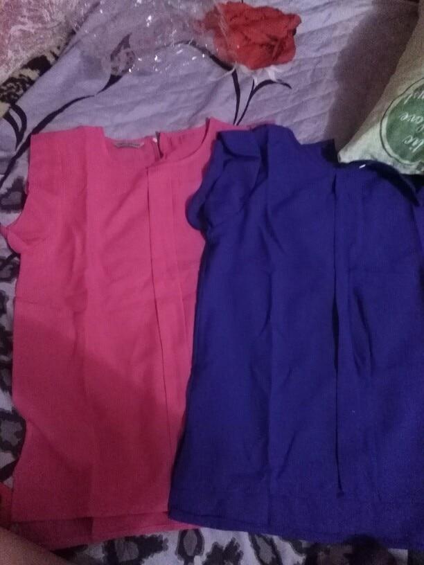 Хорошая блузка, синтетика. Шв ы ровные. Заказывала 2, одну -  синюю, другую - розовую (цвет неоновый). За свою цену вполне хорошо. Правда при мерке, на розовой блузке была спереди строчка кривая, это некритично. У блузки фасон, спереди короче,чем сзади. Размер заказала на один больше.