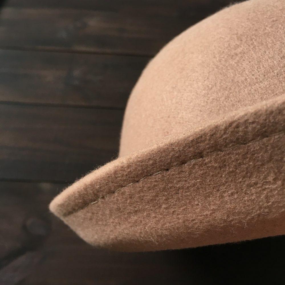 Отличная шляпа, за цену 160 руб просто подарок)) конечно пришла помятая (хорошо что пополам не сложили), но на радость распрямилась. Внутри шнурочек для регулировки диаметра. Доставка месяц и неделя, не отслеживалось. Буду носить))