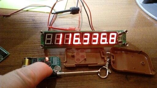 Доставка 20 дней. Качество пайки невысокое (гаражное), следы канифоли присутствуют. Реальная частота, на которой работает передатчик, порядка 107-120 мгц, частота нестабильна и не кварцована, гармоник куча (никаких 315мгц, забудьте!). Логика работы вообще тупая: пока нажата одна из 4 кнопок пульта, на соответствующем канале присутствует +5в. Отпускание кнопки убирает +5. Есть отдельный канал, который реагирует на все 4 кнопки. Огромный минус - пульт никак не привязан к плате. Т.е. использовать 2 платы на близком расстоянии не получится - будут сработать обе от обеих пультов. Питание платы +5, питание пульта +12.