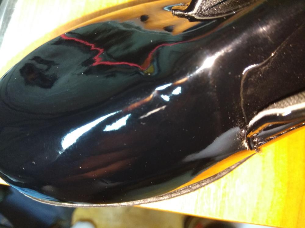 Плохое качество. Царапины. Пятна. Плохая доставка. Две пары обуви в один пакет. Всё поцарапалось. Не кожа. Вообще никакая не кожа.