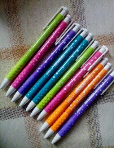 Ручки красивые яркие, отщелкиваются, удобные. Пишут отлично, мягко,синие чернила. Советую. Продавец, общительный. Товар пришёл быстро.