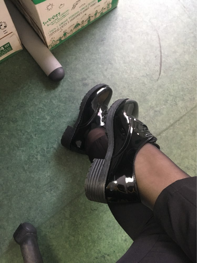 Неплохие лаковые ботинки, брала на работу на вторую обувь) На размер 35 взяла 6,5 - подошло. Плюс они немного разнашиваются. Товаром довольна.