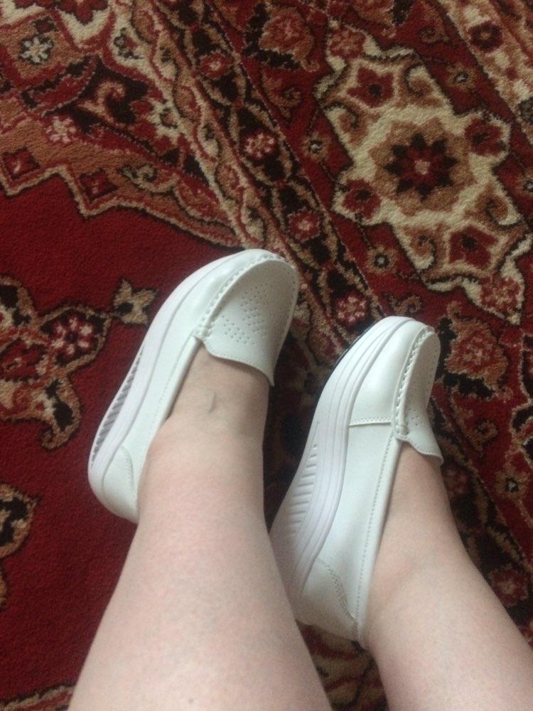 Посылка шла 1,5 месяца. Мокасины удобные, очень лёгкие. Верх обуви - искусственная кожа, стелька и внутренняя поверхность - натуральная. На стопу 24 см брала 38 размер, это тютелька в тютельку. В целом выглядят приятно, хорошо смотрятся с джинсами и одеждой в стиле кэжул. Рекомендую.