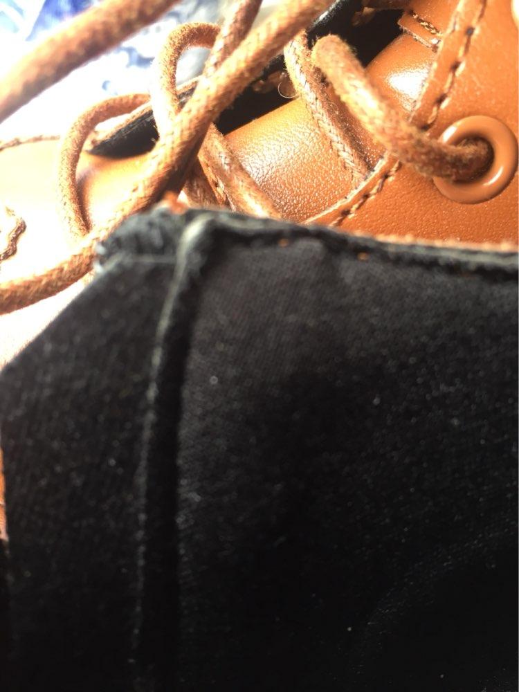 Ботинки,пришли за 3 недели! Отправили так же быстро! О качестве: ботиночки ну очень красивые! Размерная сетка совпадает! Но! Мне не повезло(( на одном ботинке подошва приклеена плохо! Хорошо, что на внутренней стороне. Это не кожа! Но извините в мск в лучшем случае найдёте за 1500 и то на распродаже, и ваш размер) Продавец, без слов вернул деньги! Муж подклеит ,конечно! Рука не поднимается снизить оценку!