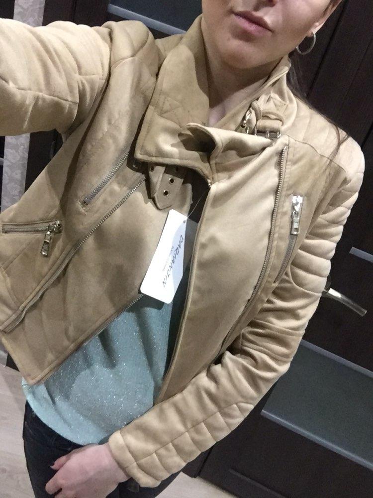 Хорошая курточка-пиджак!Материал искусственная замша,то есть носить только у сухую погоду.Качеством я довольна,ниточки были,но не критично,уже все отрезала.В магазинах такие в районе 4-5 тыс.На размер s брала m,село идеально.