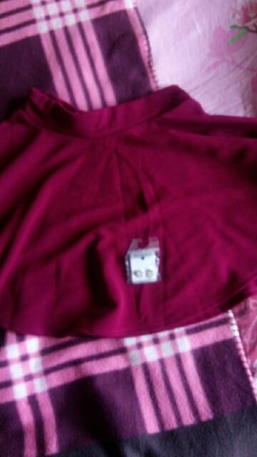 отличная юбка! материал плотный,струится! в подарок сережки) спасибо!!!!