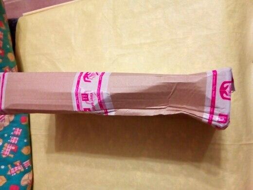 Кукла пришла быстро, трек отслеживался. Коробка была помятая и порвана, т.к. почта России не церемонится с посылками, поэтому продавцу надо подумать хорошенько над упаковкой. Но пришло все целое, чему я была удивлена. Внутри коробки все было упаковано в простые пакеты. У куклы на лице брак - чёрная полоска. Платье сшито кривовато, но за такие деньги сойдет. Руки-ноги гнутся хорошо. Шикарные волосы куклы - это уловка, т.к. сделаны они просто по кругу, т.е. вся голова лысая. Так что другие прически кукле не сделаешь. Дополнительные аксессуары все на месте. В подарок продавец положил наклейки, за что ему большое спасибо. Несмотря на мелкие недочеты, я товаром довольна, поэтому ставлю 5 звезд