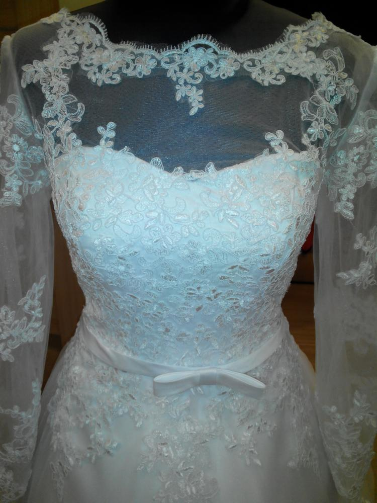 Очень красивое платье! Настоящее красивое кружево, платье сшито аккуратно.Корсет на косточка, юбка слой фатина+ слой верхний слой фатина с кружевом и слой тканевой юбки.Кружево по юбке лежит очень красиво.