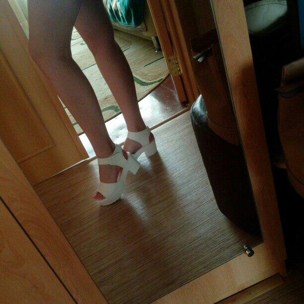 Очень удобные и лёгкие босоножки! На ноге смотрятся красиво. Размер полностью соответствует, т.к. стопа узкая, то немного широковаты, но не критично, нога не болтается. Прекрасный товар, особенно за свои деньги